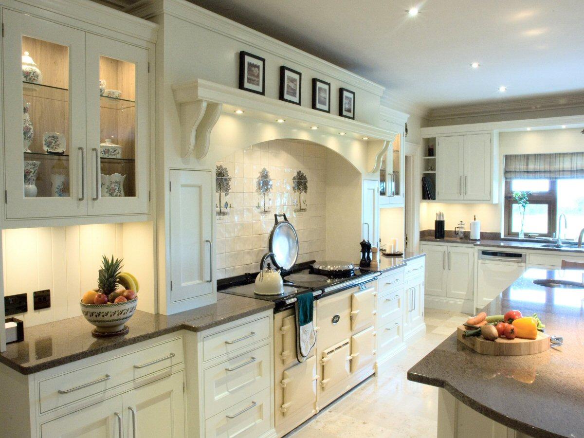 Traditional cream kitchen designs for Cream kitchen designs