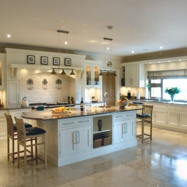 Traditional_handpainted_cream_kitchen_1