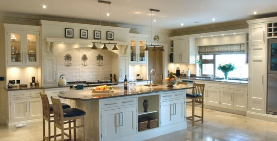 Traditional_handpainted_cream_kitchen_1